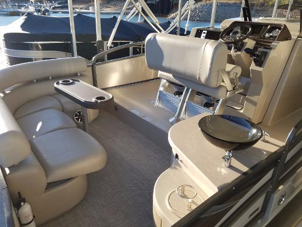 新着情報!! 2016 Premier 290 Encounter 大変綺麗な状態です!!セカンド艇に如何でしょうか? お買い得艇!!_画像7
